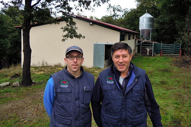Iván xunto ao seu pai, Moncho, nas novas instalacións do cebadeiro construídas en 2018 na parroquia de Millán
