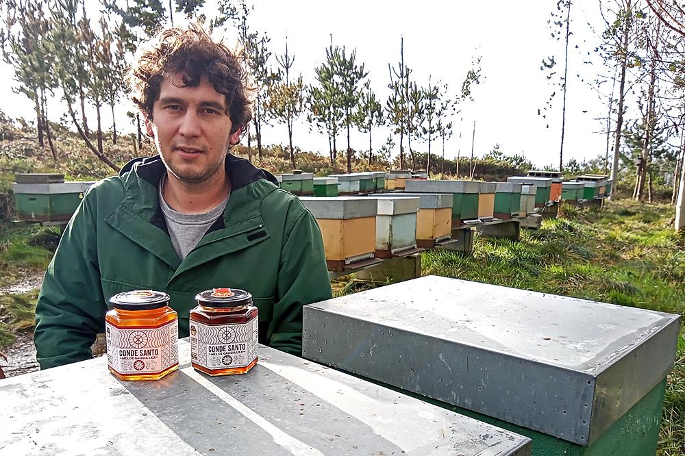 Adrián púxolle ao seu mel o alcume que conserva Osorio Gutiérrez e reproduciu na etiqueta os gravados do seu sarcófago