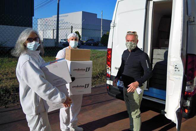 Ligia e Cristóbal entregando produto a un cliente de Madrid que acode a Castro a recollelo