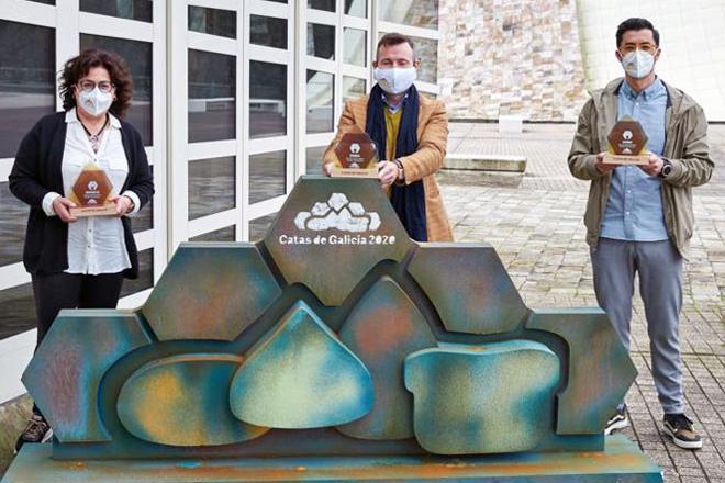 Marifé, Iván e Javier, cos seus premios o día da entrega na Cidade da Cultura de Santiago