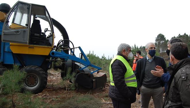 José Ignacio Lema Piñeiro e Francisco Conde xunto con outros asistentes á demostración de recollida de biomasa.