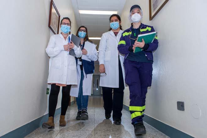 Isabel, terceira pola esquerda, con traballadoras da planta de Lactalis en Nadela (Lugo).