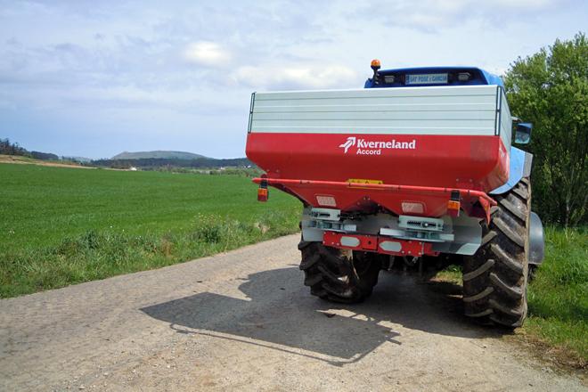 Un dos tratores da explotación camiño dunha terra de millo para o abonado antes da sementeira