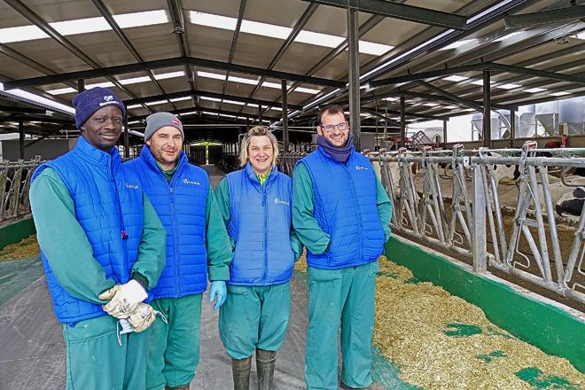 Mamoudou, Manolo, Teresa e Javier na zona da nave de produción que ampliaron hai dous anos para secas e xovencas