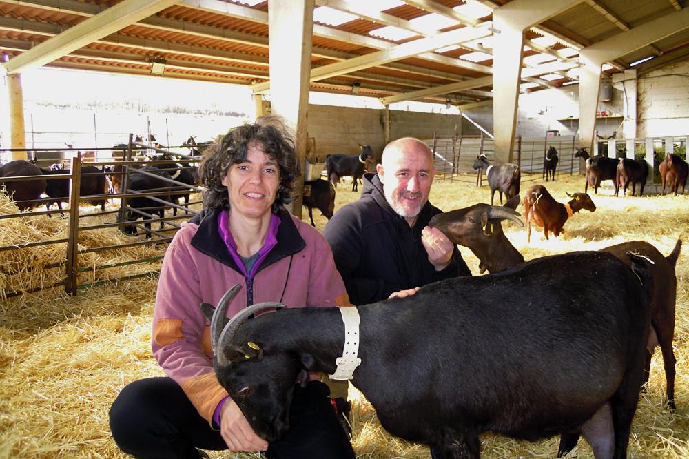 Rocío e Jorge coas súas cabras de raza granadina