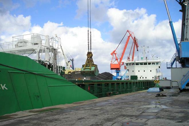 Descarga do abono, que é transportado por barco a Galicia.
