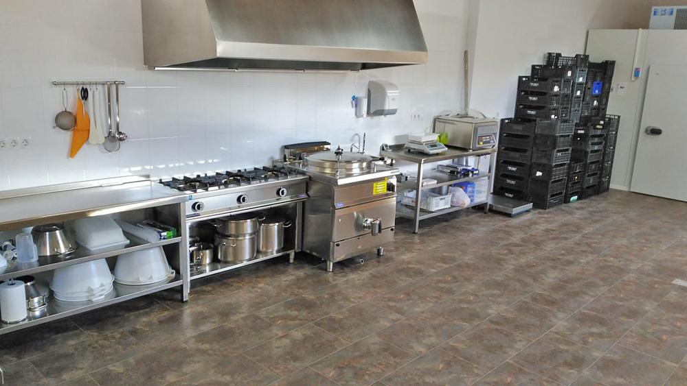 Sala de elaboración, onde a materia prima é seleccionada e procesada para facer as conservas