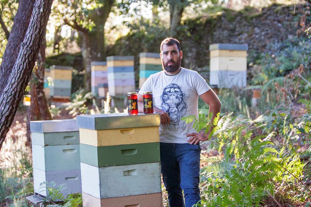 David, con algún dos tipos de mel que produce, nun dos seus colmeares