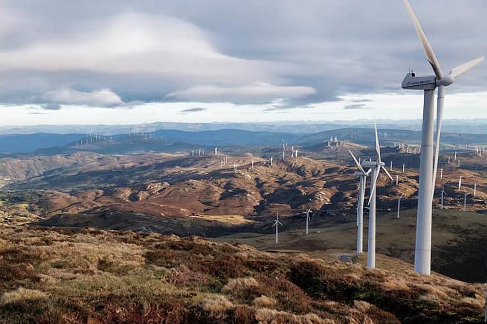 Vista dos parques eólicos na Serra do Xistral, en Muras, desde o alto do Cadramón