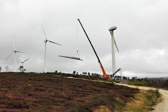 Traballos de repotenciación do parque eólico de Corme