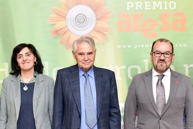 Álvaro Rodríguez Eiras, en el centro, junto al rector de la USC, Antonio López, y la vicerrectora del Campus de Lugo, Montserrat Valcárcel, en una edición anterior del Premio Aresa