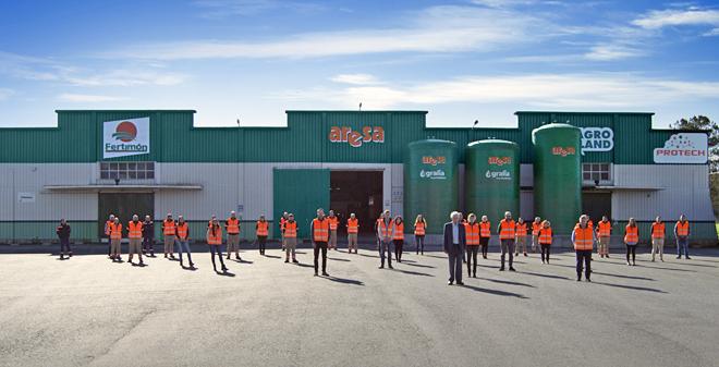 Foto de familia de la plantilla del grupo Aresa en su planta de fabricación de Rábade