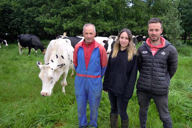 Carlos, Sandra e Casimiro, xunto ás súas vacas despois de levalas á pradeira