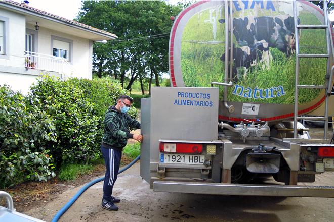 Manuel Veiga, co seu camión, recollendo o leite na explotación