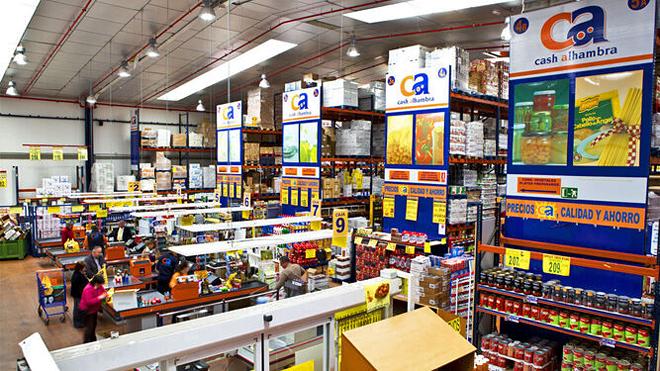 Supermercado da cadea Cash Familia en Granada, onde o Grupo Santé vende o seu leite