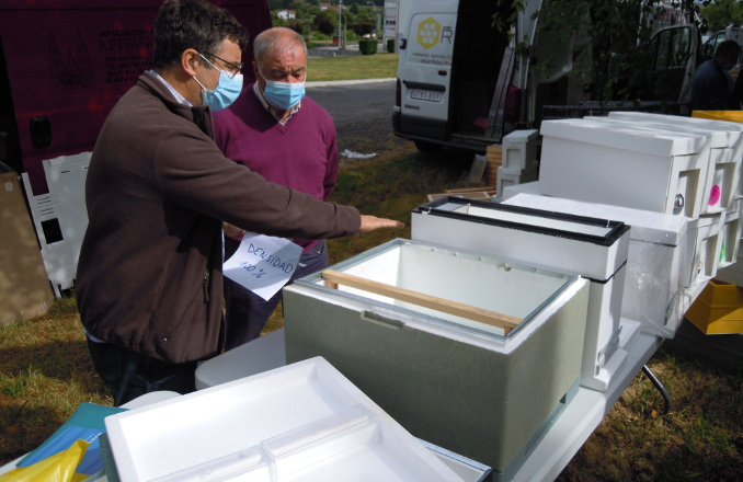 Novas caixas e núcleos feitos con polispán de alta densidade que actúa como aillante para manter a temperatura da colmea