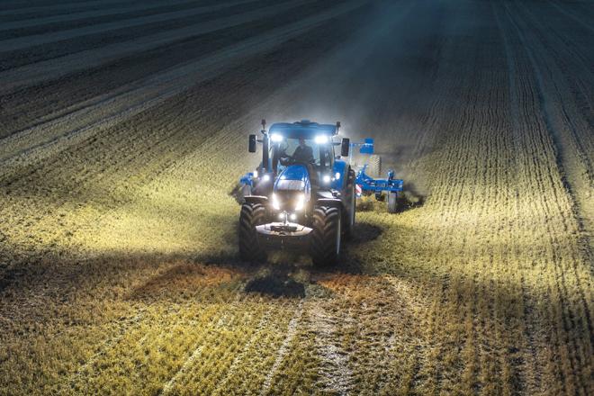 El sistema de iluminación exterior dotado con 24 luces led garantiza la visión perimetral tanto del tractor como del apero