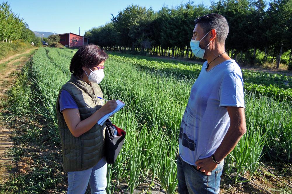 Juan, xunto a Marta García Ponte, técnica auditora do Craega, durante unha visita de seguemento