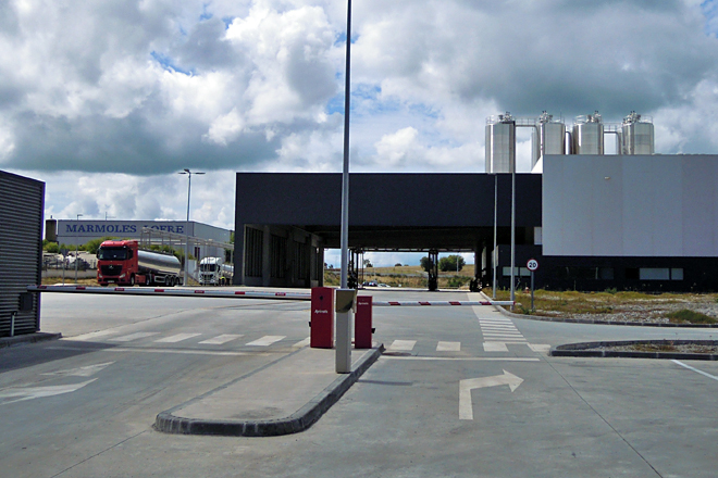 Entrada principal á planta de Inleit no polígono industrial de Teixeiro, en Curtis