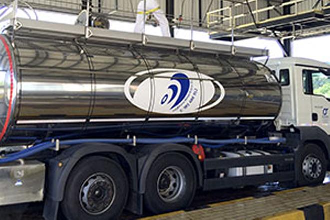 Cisterna de Logística Alimentaria descargando en la planta
