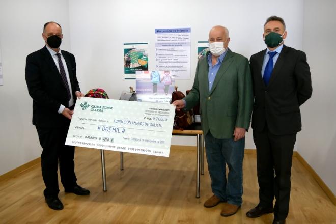 Caixa Rural Galega hace entrega de las donaciones de la Vuelta en Verde organizada por el equipo ciclista que patrocina