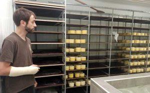 Matevz Gartner, en la quesería de su granja.