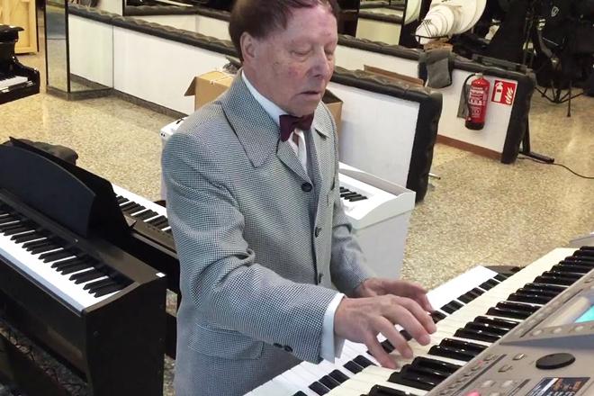 Aladino tocando o piano. Foi membro do grupo Os Gales de España, cos que percorreu os cinco continentes