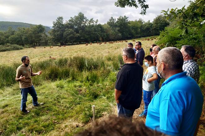Visita dos participantes na xornada á granxa Teixeiro e Pistón SC en Becerreá