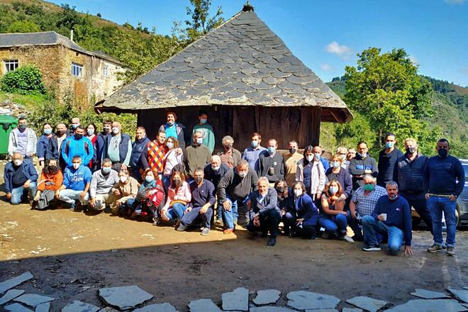 Foto de familia dos asistentes á xuntanza da Sociedade Galega de Pastos e Forraxes