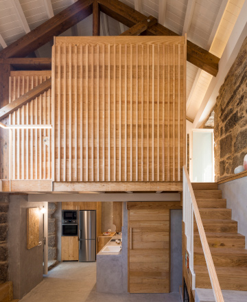 Reconstrucción de vivienda unifamiliar enCarballeda de Avia(Ourense) con madeira de piñeiro.  Proxecto de MOL Arquitectura. Fotografía: Héctor Santos-Díez